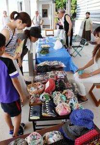 雑貨や海鮮、野菜などが並んだ会場=志賀町福浦港で