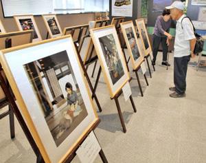 懐かしさを感じさせる写真パネルが並ぶ「昭和のこどもたち」展=大野市役所で
