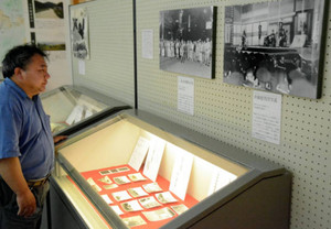 写真や手紙などの遺品が並ぶ終戦記念展=長浜市の浅井歴史民俗資料館で