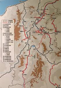 県内の鉄道網を示した大正から昭和初期の地図。廃線になった路線も載っている。赤い点線は計画されて実現しなかった路線=千曲市の県立歴史館で