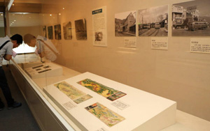 廃線になった路線のイメージ図や写真、実現しなかった路線の計画書などが並ぶ=千曲市の県立歴史館で