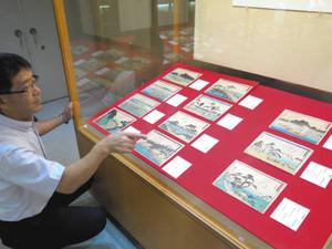 狂歌入りで描かれた東海道五十三次の浮世絵作品=湖西市の新居関所史料館で