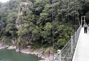 天竜川と龍角峯を堪能できるつり橋=長野県飯田市の天龍峡で