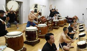 記念公演に向けて練習に励む天友太鼓のメンバーら=志賀町末吉で