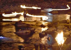 かがり火でアユを追い込む火ぶり漁=下呂市馬瀬西村で