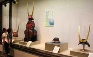 さまざまな兜が並ぶ会場=彦根市の彦根城博物館で