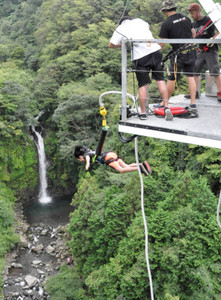 大自然の中でバンジージャンプを楽しむ観光客=富士市の富士バンジーで