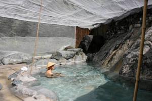 天然水素を多く含む高アルカリ温泉「おびなたの湯」の露天風呂につかる男性=いずれも長野県白馬村で