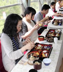 旬のきのこ料理を味わう招待客=恵那市で