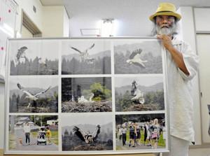 越前市白山地区の野外で暮らすコウノトリのカップルの写真などを披露する吉川さん=越前市で