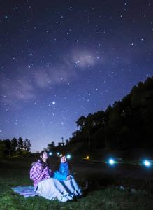 「日本一の星空ナイトツアー」で夜空を楽しむ参加者=阿智村で(スタービレッジ阿智誘客促進協議会提供)