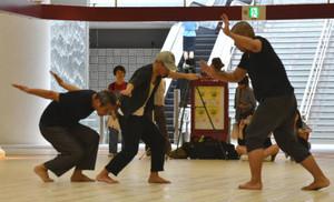 独特のダンスを披露する路上生活経験者らによる「新人Hソケリッサ!」=金沢市の金沢駅東もてなしドーム地下広場で