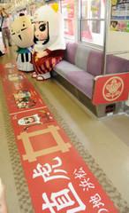 遠鉄ラッピング電車の内装=6日、遠鉄新浜松駅で