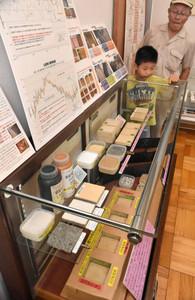 住居の傷みを防ぐために用いられた資材=富山市の北代縄文広場で