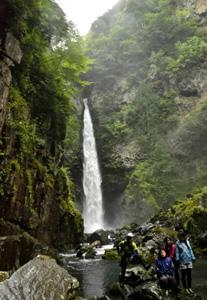 豪快に水しぶきを上げる根尾の滝=下呂市小坂町で