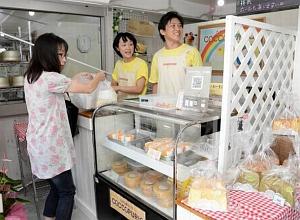 白色で統一され、明るい雰囲気の店内=羽島市桑原町八神のCOCCOPURIOで