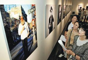 多くのファンがつめかけて開幕した若木信吾さんの写真展「Come&Go」=10日午前、浜松市美術館で(袴田貴資撮影)