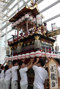 屋台を組み立てる生徒ら=岐阜市のぎふ清流文化プラザで