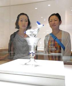 シカをかたどった精巧なガラス作品に見入る観覧者=石川県七尾市の県能登島ガラス美術館で