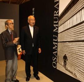 榊原市長(右)に作品を解説する村井さん=半田市の半田赤レンガ建物で
