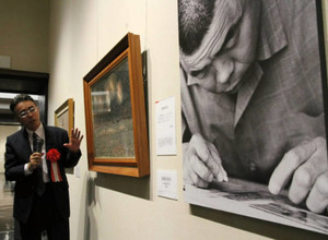 「長岡の花火」を解説する山下浩さん=豊橋市美術博物館で