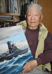 自身が描いた艦船の絵を手にする上田毅八郎さん=2010年、浜松市東区で
