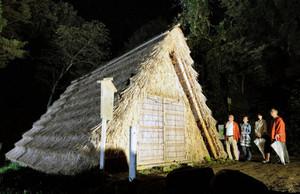 ライトアップされ、幻想的な姿を見せる氷室小屋=金沢市湯涌町で