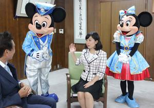 親善大使アンバサダーの今枝さん(右から2人目)と一緒に、細江市長(左)を表敬訪問したミッキーとミニー=岐阜市役所で