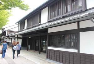 近江牛の精肉販売やステーキの飲食店が入る新店舗の外観=彦根市の夢京橋キャッスルロードで