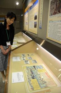 湯治場となった温泉の絵図など観光関連の資料を展示する企画展=県公文書館で