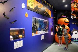 お化けのような生き物とともにハロウィーン気分を楽しめる展示室=石川県七尾市ののとじま水族館で