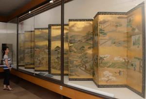 蔵から見つかった「四季風俗図屏風」。幅4メートルの2つの屏風に、士農工商の生活がつぶさに描かれている=豊田市陣中町の市郷土資料館で