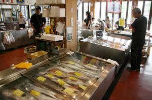 新鮮な富山湾の魚介類が並ぶ魚の駅「生地」=いずれも富山県黒部市生地で