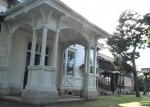 期間限定で公開される愛知大公館。手前に洋館、奥に和室が並ぶ=豊橋市高師石塚町で