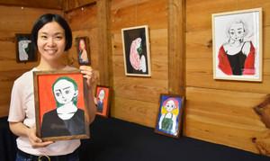 個展会場で作品を手にする鮒池涼香さん=加賀市大聖寺下屋敷町のギャラリー萩で