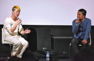 映画「葛城事件」について語る俳優の新井浩文さん(左)と赤堀雅秋監督=金沢市のシネモンドで