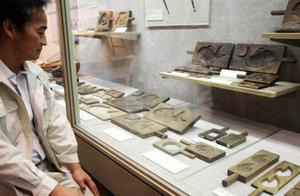 昭和40年ごろまで使われていた和菓子の木型=氷見市立博物館で