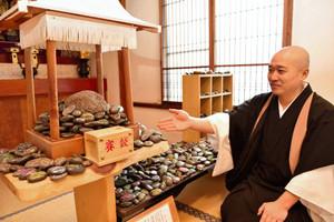 多くの願い事がかけられている「さるやの石」=下呂市湯之島の温泉寺で