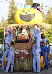 トラクターへの飾り付けを楽しむ生徒たち=安城市赤松町のデンパーク管理事務所で
