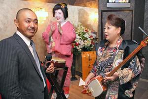 松本さん(手前左)やひさ乃さん(奥)と打ち合わせをするまどかさん=あわら市の「アミューズメントスペース まどかとひさ乃」で