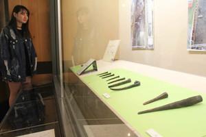 塩津港遺跡から出土した船道具=長浜市の長浜城歴史博物館で