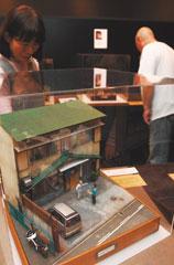 うなぎ店を作り込み総合グランプリを獲得した鄭鴻展さんのジオラマ(手前)をはじめ、入賞作が並ぶ会場=浜松市中区の浜松ジオラマファクトリーで