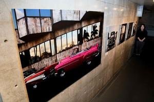 写真家の立木義浩さんがキューバで撮影した作品=高岡市のミュゼふくおかカメラ館で