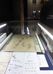 内山邸に収蔵された幅広い年代の書や工芸品が並ぶ会場=富山市宮尾の内山邸で