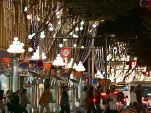 イルミネーションが点灯された広小路通=名古屋市中区栄で