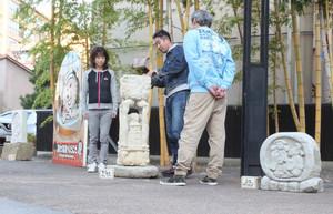 温泉街の路地に並べられた石彫刻=小松市粟津町で