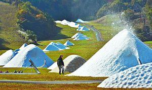人工造雪機でゲレンデに出現した雪山=南越前町の今庄365スキー場で