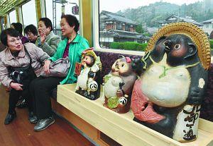 さまざまなタヌキの置物が観光客を出迎える「たぬき列車」=甲賀市信楽町で