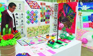 やさしい色合いの手芸や絵画、書など高齢者の力作が並ぶ展覧会=県社会福祉会館で