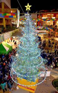 レゴランド・ジャパンとコラボした巨大クリスマスツリー=名古屋市中区金山のアスナル金山で
